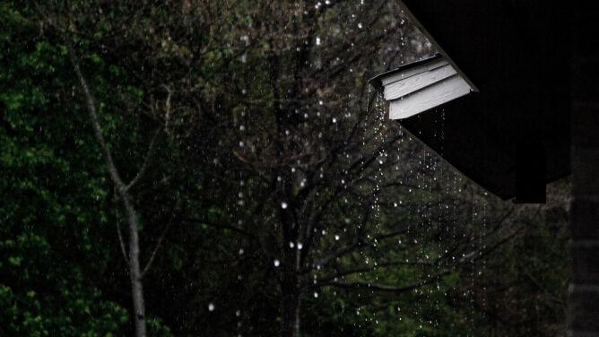 Intensywny deszcz na południowym zachodzie. Może powrócić silny wiatr