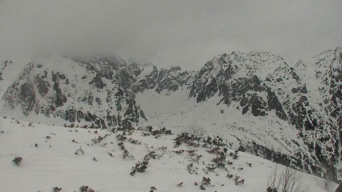 """Po silnym wietrze lawinowa """"trójka"""" w Tatrach. """"Na szlaki mogą spadać gałęzie i drzewa"""""""