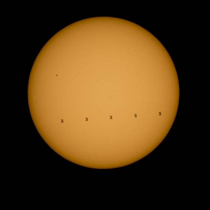 Zdjęcie w pełnym kadrze. ISS na tle słonecznej tarczy