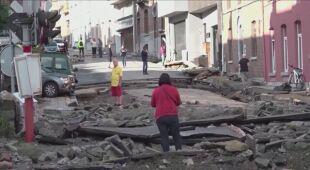 Sprzątanie w mieście Dinant po tym, jak zalała je woda